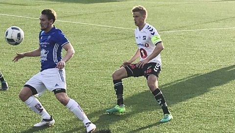 Konsentrasjon: Mats Bruu med kontroll på ballen, mens Thomas Grøgaard skjermer.