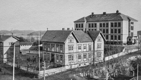 Middelskolen: Denne bygningen fra 1873 ble revet sommeren 1978 på grunn av svømmehallen. Av den grunn ble foreningen «Kragerø bys venner» stiftet.