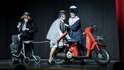 LETT DEMENT TRIO: F.v. Berta (Gro Mette Fredheim), Gunda (Trude Steinsletten) og Agnes (Siri Bondhus) sleit med hugsen og til dels med kvarandre.