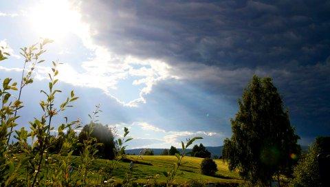 SOLA TAR GREPET: Det ser ut til at sommeren har satt seg godt. Sola skyver skyene vekk og hele neste uke blir det opphold og varmt.