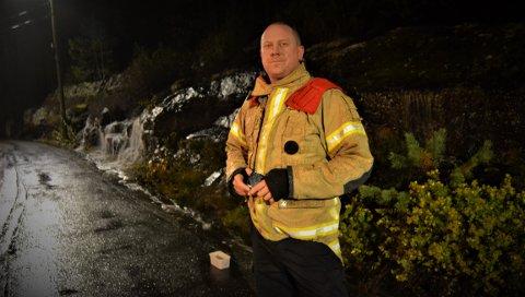 SJEKK: Utrykningsleder i brannvesenet i Kongsberg, Jonas Brandt ber folk sjekke sluk og takrenner for rusk og rask.