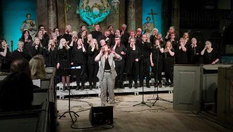 TRIST: Kordirigent, Marit Brevig syns det var trist, ment fint å synge sammen med koret Laagen for aller siste gang.