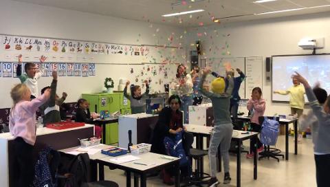 Jubel: Gleden sto i taket da FHI kunne fortelle 4D på Høvik skole at de tok førsteplassen i håndvaskesang-konkurransen.