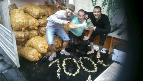 JUBEL: Angel, Dian og Steven er mannskapet på «Arvid Giske» som nå har fikset over 100 tonn kongsnegl. Foto: Privat