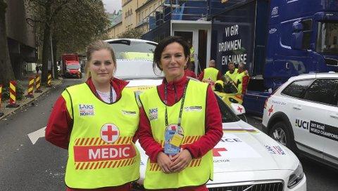 I Bergen: De frivillige kommer fra hele landet. Her er Enoksen sammen med makker Guro Kolltveit fra Tørvikbygd i Hardanger foran Medical Senter.