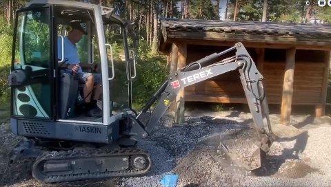 PRAKTISK: Sven Verdal syntes det var prktisk å ta med minigraveren på dugnad i Byremoparken. Se video nede i saken.