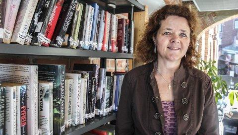 Beate Aakerøy gleder seg over nytt tilbud på biblioteket.