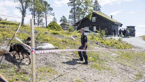 SPOR: Politiet sikret seg spor og foretok rundspørring på hyttefeltet etter at ryggekvinnen ble funnet død.