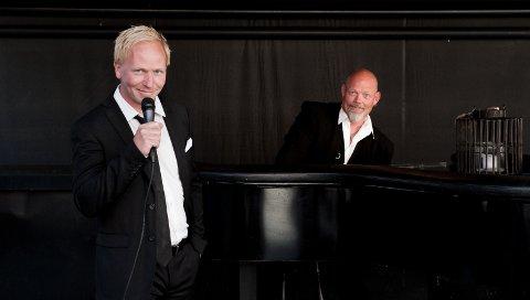 FØRJULSFEST: Det blir musikalsk standupshow med Rune Vold (til venstre) og Ole Kopperud på Mikron før jul.