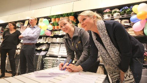 Først ut: Nille og Nav Vestby var først ut med å gjøre alvor av den store nasjonale intensjonsavtalen mellom Nille og Nav. Her undertegner ass. butikksjef i Nille Vestby, Mari Willumstad (t.v.) og Rikke Haagensen, leder for Nav Vestby, avtalen.