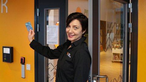 LEVERER INN LÅNEKORTET: Biblioteksjef Mari Eeg forografert da hun i fjor framsnakket lånekortet som gir innpass på biblioteket utenom de ordinære åpningstidene.
