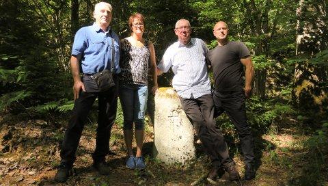 SKUTT: Fra venstre: Ben Winnemuller, Torill Nordmarken, Henk Winnemuller og John Furuvik holder rundt hverandre på stedet hvor slektningene deres ble skutt.