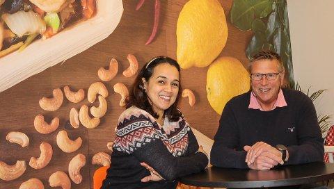 FORNØYDE: Isabel Ibanez og Arild Samuelsen i Wok&Go i Varnaveien er fornøyd med at man har klart seg såpass bra gjennom koronarestriksjonene. - Neste år vil vik øke tilbudet vårt her, sier de to.