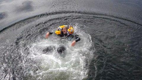 SJEKK VESTEN: Redningsselskapet minner om at redningsvesten må sjekkes årlig. Hvis ikke kan du ende opp med en vest som ikke fungerer om du havner i vannet.