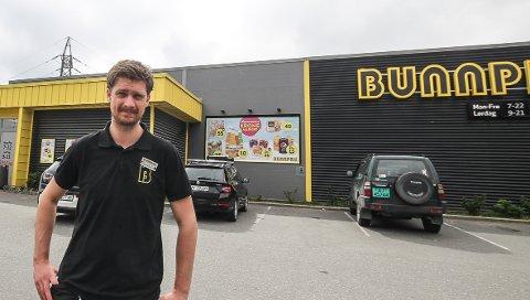 KLAR FOR GLASSVERKET: Hans Martin Thomassen gleder seg til å bli kjøpmann for den nye store Bunnpris-butikken på Jeløy. Siden 2015 har han vært ansatt som butikksjef for dagligvareforretningen i Vålerveien.