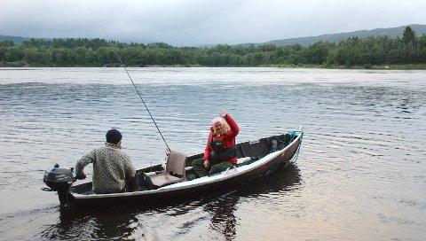 KVELDENS MÅL: Inger Lise Brøndbo Kjølstad var en av vinnerne som ble med Jens Kvernmo ut på fisketur i Namsen. Begge fastholder at kveldens mål var å få fisk.