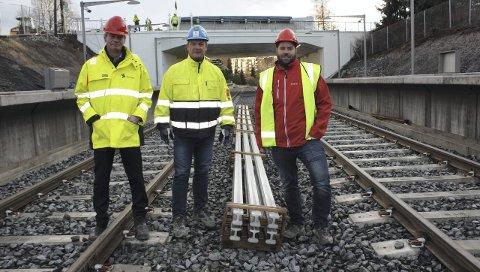 LINJE 3: Sporveien legger nye spor og pusser opp syv stasjoner langs Østensjøbanen. Her er Sporveiens kommunikasjonssjef Cato Asperud og prosjektleder Arnt Jørstad, og Ruters kommunikasjonsrådgiver Øystein Dahl Johansen på Ulsrud.