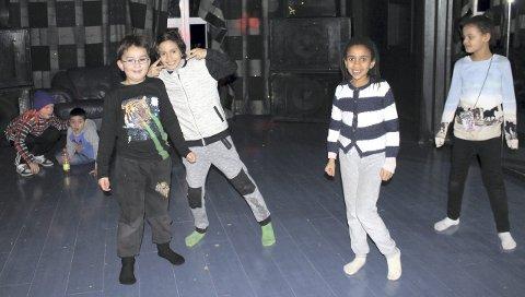 MORER SEG I DISCOROMMET: Barna hopper og spretter rundt i discorommet.