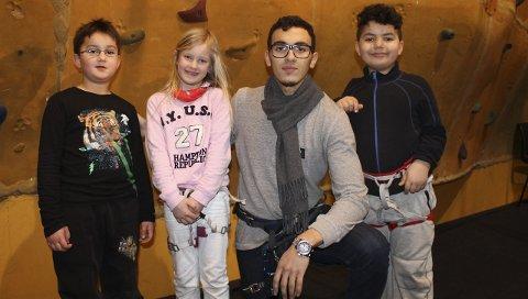 STOLTE KLATRERE: Barna forteller at de har klatret helt til topps på alle veggene. F.V.: Lionel (6), Malin (7), Yassin El Barkani og Isahc (8).