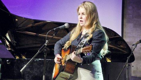 MUSIKALSK: Sara Killengreen sang og spilte gitar.