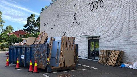BYTTET UT: Her ligger flere av dørene som ble nedmontert.