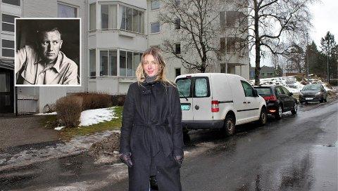 LAMBERTSETER: Karianne Ommundsen, kurator ved Nasjonalmuseet, i Antenneveien  som tilhører Marmorberget borettslag. - Jeg tror ikke mange vet at Erling Viksjø (innfelt) tegnet disse blokkene, sier hun.