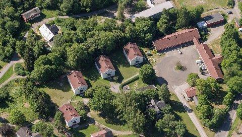 Oslo Havn har lenge villet selge Ormsund leir, og Oslo kommune har forkjøpsrett. Villa Fagerli sees oppe til venstre og den midlertidige barnehagen oppe til høyre.