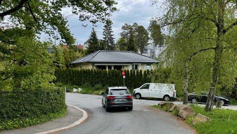 En bil på vei opp Kastellveien - mot kjøreretningen.