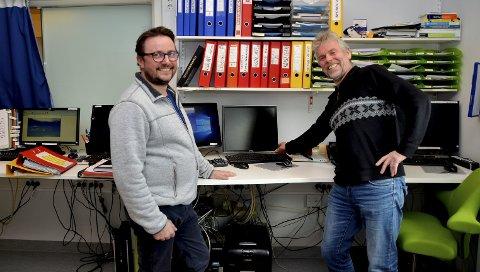 Over på digitalt: Arild Kongsrud (virksomhetsleder for Nord-Gudbrandsdal lokalmedisinske senter og hjemmebaserte tjenester i Sel) og Terje Alnes (fagleder IKT i Sel kommune) markerer at den analoge sentralen for trygghetsalarmer slukkes.