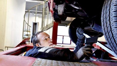 Kontroll: Kjøretøyinspektør Erling Vangen og kompanjong Arne Ulheim kontrollerte rundt 20 russebiler i løpet av russebilkontrollen på Otta.