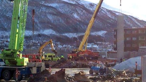 ARBEIDSULYKKE: Hendelsen har skjedd på en byggeplass langs Strandveien i Tromsø. Foto: Stian Saur