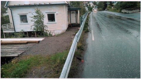 FARLIG PARKERINGSPLASS: Bilene måtte rygges ut på fylkesveien ved Skjervøy sentrum.