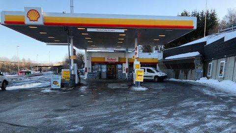"""SLO TIL HER: Det var """"business as usual"""" på Shell-stasjonen i Tromsdalen tidlig lørdag morgen, og lite som minnet om dramaet natt til lørdag da den andre av de to mistenkte Shell-ranerne ble tatt på fersken inne i disse lokalene. Foto: Are Medby"""