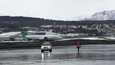 LANDET: Embraer 190 E2, Widerøes første jetmaskin, er endelig på plass i Tromsø. Foto: Rune Endresen