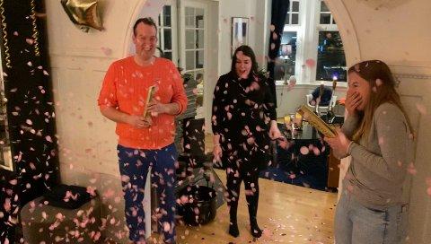 ROSA KONFETTI: Det drysset rosa konfetti over Roy Myrvoll, Marlene Berntsen Bråthen og Roys datter Michelle. Det avslørte at ei jente er på vei.