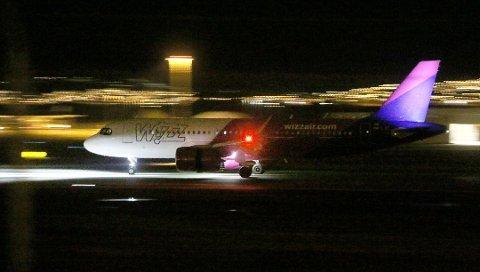 FLY: Mandag denne uken kom dette flyet direkte fra Polen. I dag kommer et til. Foto: Stian Saur