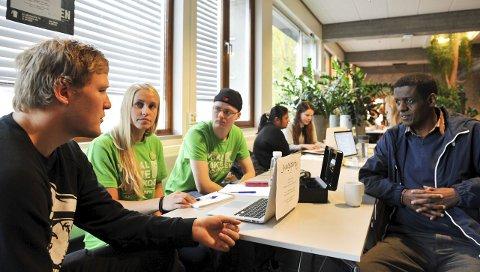 – Høres positivt ut: Gjøvik-studentene Bård Smukkestad (t.v.), Charlotte Røvang og Håkon Solli, her i samtale med professor Alemayehu Gebremedhin, er glad for nye milliarder til klimateknologi. Foto: Per Hovland