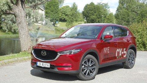 ANDRE GENERASJON: Med sintere front, generelt skarpere linjeføring og masse nytt utstyr skal nye Mazda CX-5 angripe et stadig tøffere SUV-marked, der bare fraværet av en hybridvariant kan bli en utfordring i forhold til igjen å bestige salgstronen.FOTO: ØYVIN SØRAA