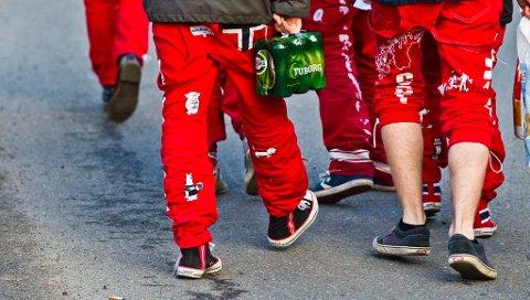 Fra og med i år skjerpes skjenkereglene i norske politidistrikter slik at det ikke lenger blir lov for russen å nyte medbrakt alkohol på offentlige arrangementer i russetida.