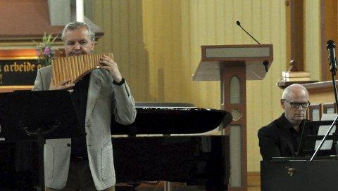 VISER OG KLASSISK: Roar Engelberg og Vidar Fredheim hadde både barokk, wienerklassisisme og viser på programmet i Gjøvik kirke lørdag formiddag.FOTO: Hans Olav Granheim