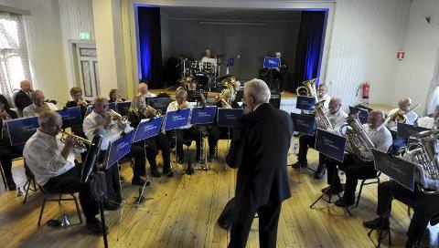 SPILTE FOR VÅREN: Biristrand musikkforening fulgte tradisjonen med vårkonsert på Strandheim, som vanlig med Nils Erik Lister som dirigent.FOTO: Hans Olav Granheim
