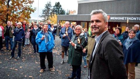 MARKERING: Fakkelbærerne som troppet opp ved Bygdestua fikk ikke ordfører Bror Helgestad (Sp) til å endre standpunkt. Det gjorde to andre kommunestyrerepresentanter, og dermed blir driften ved Fjellvoll videreført i dagens form.