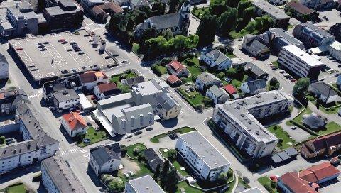 TOWNHOUSES: Fire såkalte townhouses midt i dette bildet kan komme i Øvre Torvgate. Dette er eneboliger side om side der hver enkelt går fra kjeller til takterrasse. ILLUSTRASJON: JAF ARKITEKTKONTOR AS