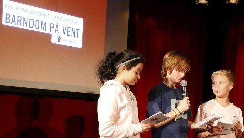 KONFERANSIER: Daniel Rishaug Kjos (til høyre) var en av konferansierene på scenen.