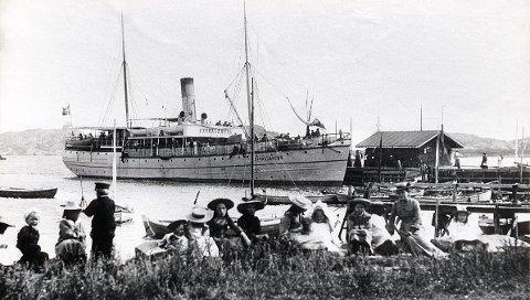 """DAMPSKIPSBRYGGA. Gamle bilder fra Dampskipsbrygga i Stavern. Fra 1890-åra sett fra nordøstsiden, der Kronprinstomta er nå. Ved brygga ligger rutedamperen """"Excellensen""""."""