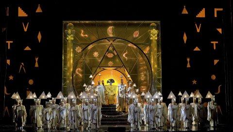 Flott: Scene fra Mozart's «Die Zauberflöte» som vises direkte på kino i Larvik lørdag.Foto: Cory Weaver/Metropolitan Opera