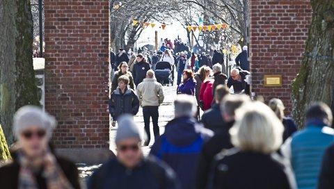 Store utstillinger: Folk strømmer til de store utstillingene i Stavern. Det å koordinere disse krever mye jobb, mer enn kunstneren selv klarer.arkivfoto