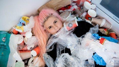 VANT PRIS: Line Elvsåshagen hadde jobben som programleder i NRK-serien «Planet Plast».
