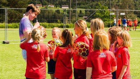 AUTOGRAFER: Markus Sannes (Murdrocks) fra Drangedal kastet glans over fotballskolen.