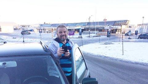 Tore Opland fikk hakeslepp da han fikk SMS om at EuroPark ville trekke ham for 22.600 kroner i parkering etter en snartur innom flyplassen i Kristiansund sist mandag.